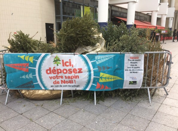 Un point de collecte de sapins, Place du Caquet.